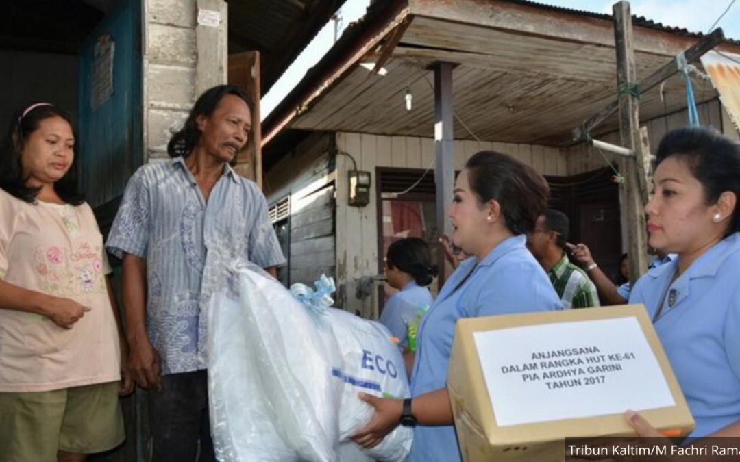Penghuni Panti Jompo Terharu Dapat Pampers dari Istri Prajurit TNI AU